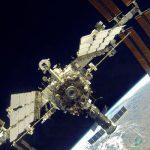 """L'ISS et son module Zvezda à """"l'arrière""""."""