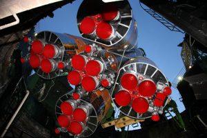 Les 5 moteurs de la fusée Soyouz 2.1a vu en contre-plongée depuis le bas de la table de lancement.