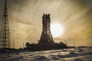 Le soleil se lève à Baïkonour alors que les mâchoires de la tour de service se sont refermées sur le lanceur.