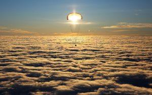 Le soyouz sous son parachute éclairé en transparence par le soleil. Crédit TASS