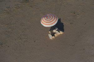 Soyouz MS-08 touche le sol: à 1 m de distance ses rétrofusées se sont déclenchées pour adoucir le choc.