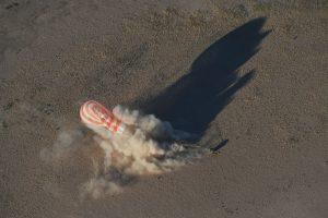 Comme assez souvent le parachute tire le soyouz sur le côté.
