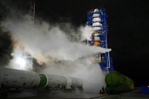 Un peu avant le décollage, le lanceur Soyouz 2.1b sur son pas de tir dans les vapeurs d'oxygène liquide.
