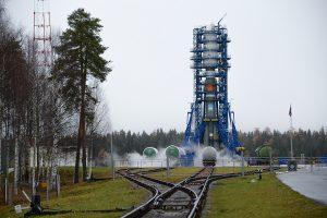 Le lanceu sur son pas de tir à Plesetsk dans les vapeurs de'oxygène liquide.