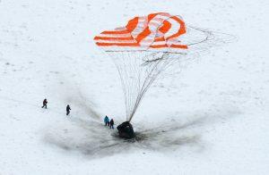 Soyouz et son parachute sur fond de neige.