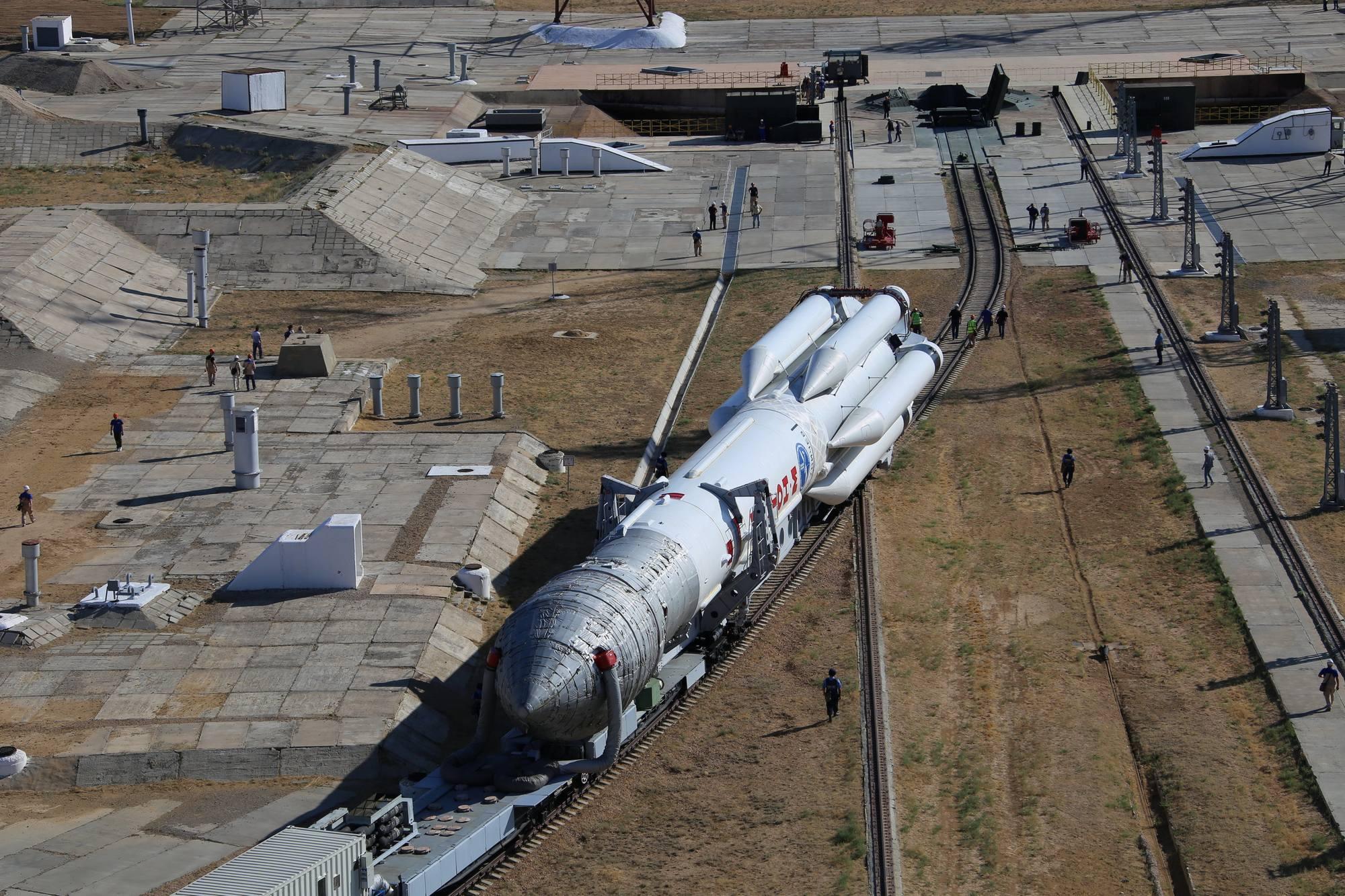 Vu depuis la tour de service: le lanceur Proton-M arrive sur le pas de tir.
