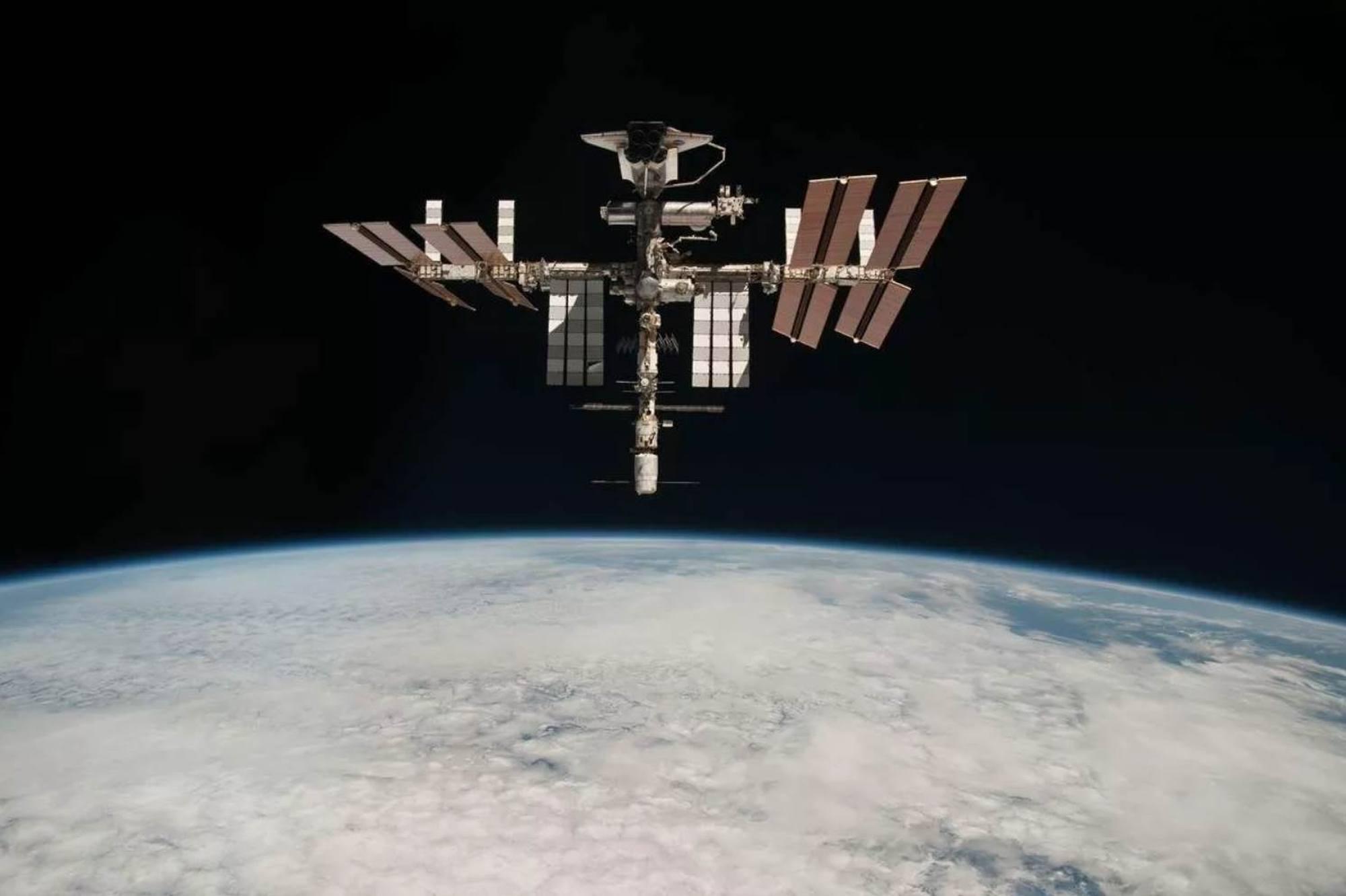 L'ISS au-dessus de la Terre.