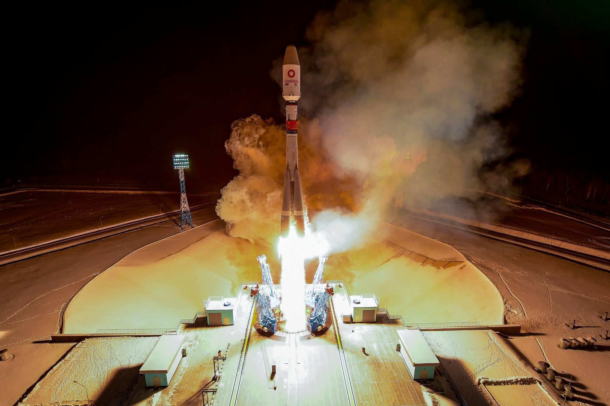 Vu depuis la tour de service, le décollage du lanceur Soyouz emportant les satellites OneWeb.