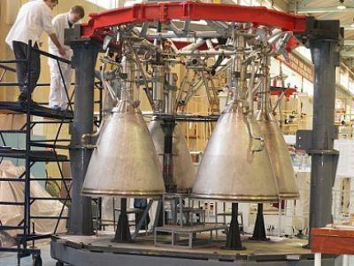 La première copie expérimentale dimensionnelle du moteur RD-0124MS (avec tuyères longues) pour Soyous-5 à Voronezh.