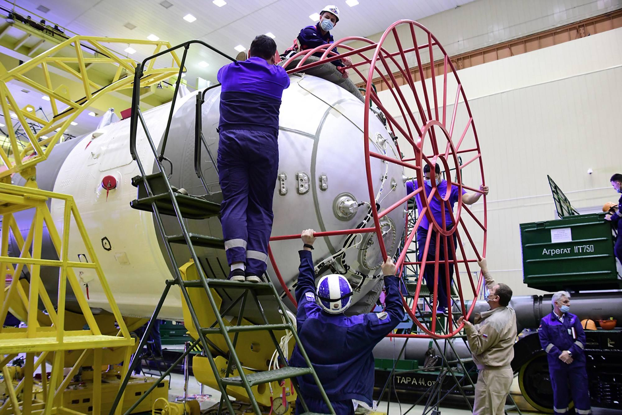 La protection supérieure du troisième étage du lanceur Soyouz est enlévée.