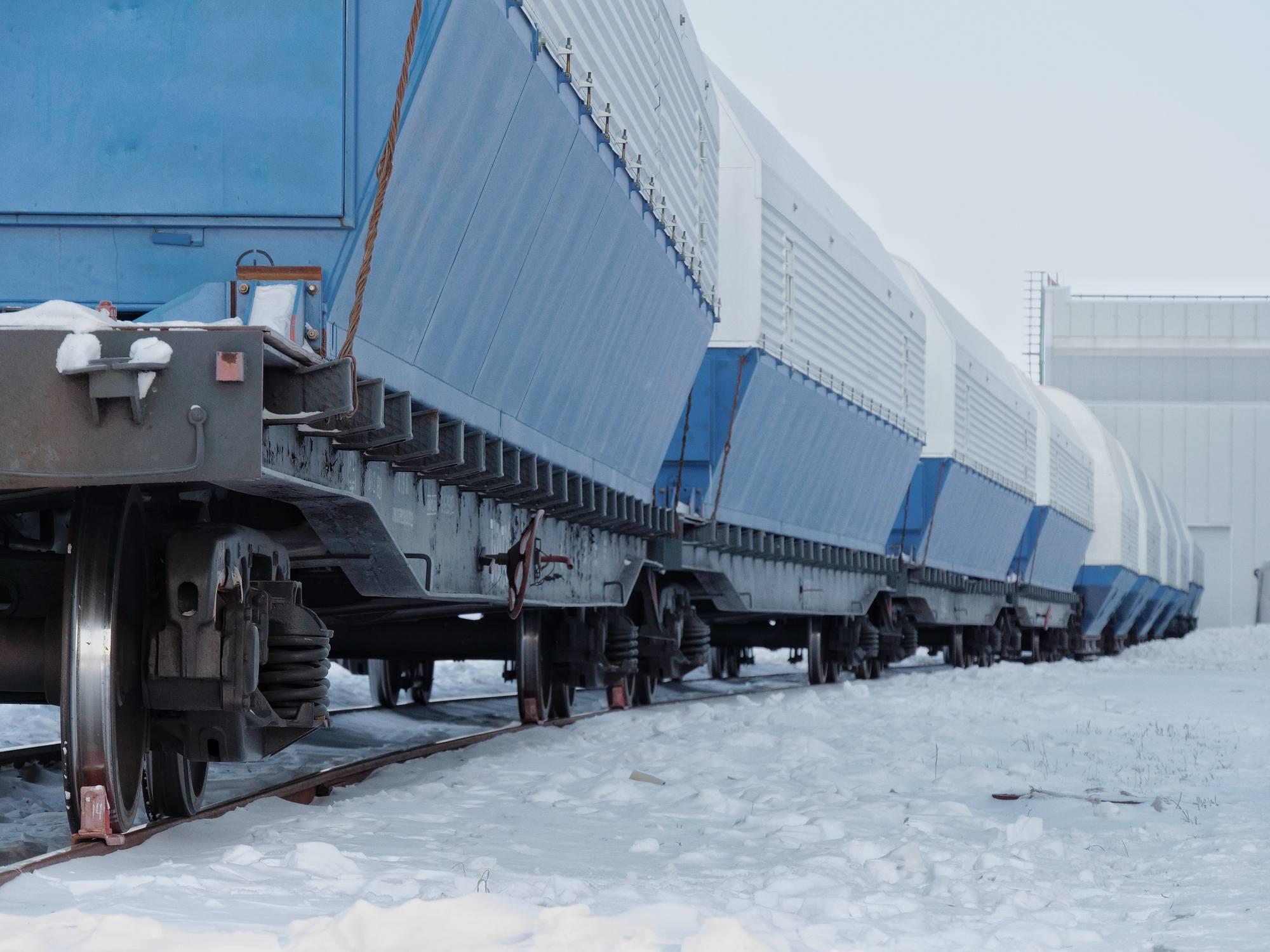 Le train transportant des élément du lanceur Soyouz près des bâtiments du MIK à Vostochny.