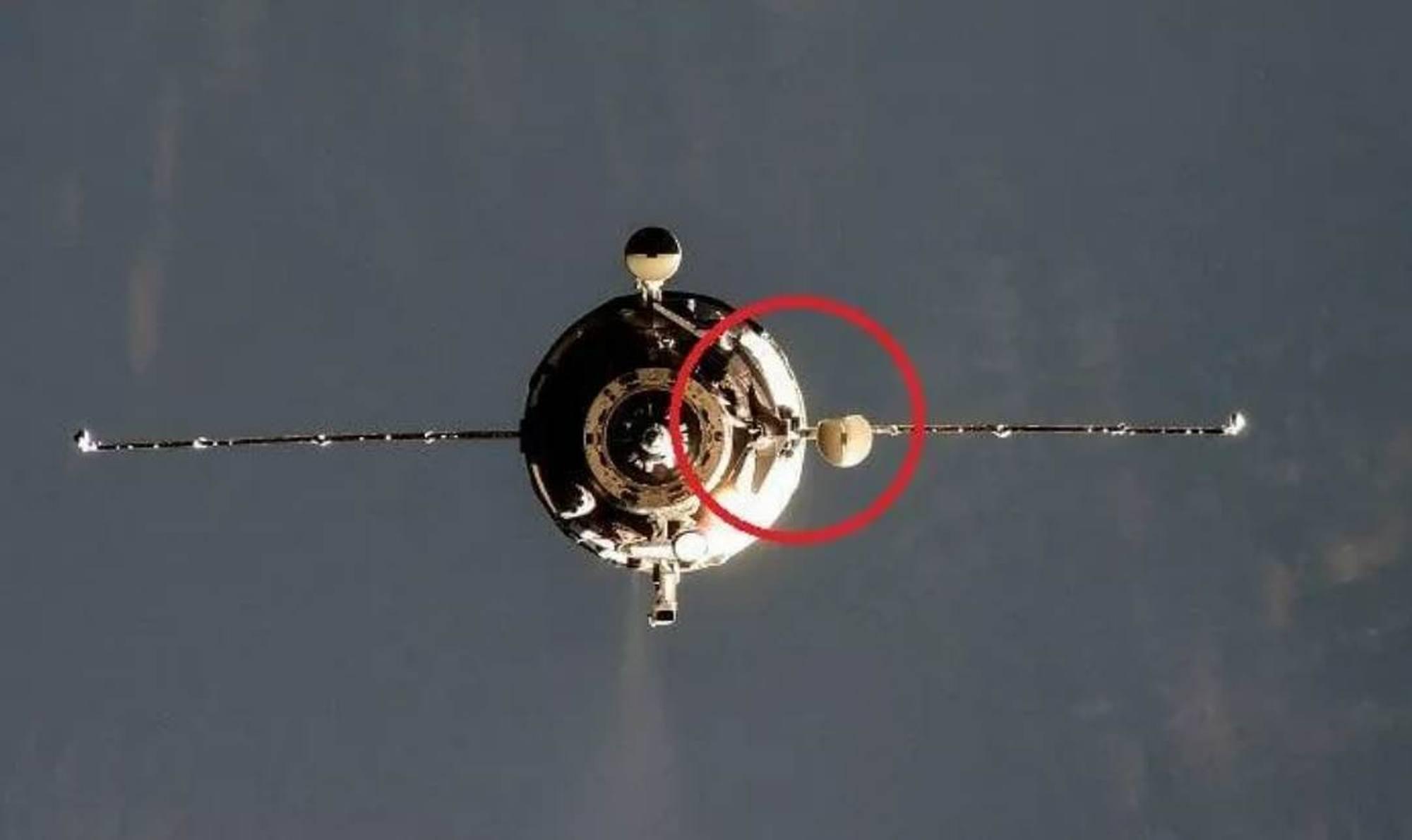 Dans le cercle rouge la parabole dont le bord a été plié et l'écran métallique à sa base abimé.