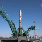 C'est au tour des deux fermes de la tour de service de se refermer sur le lanceur Soyouz 2.1b et son satellite Arktika-M.