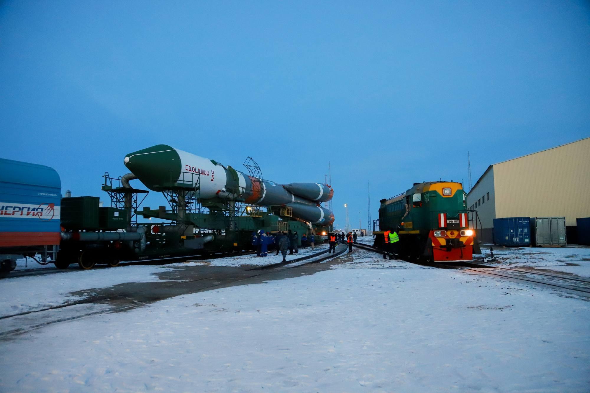 Le convoi est tiré par une première locomotive, une seconde attend pour suivre le convoi.