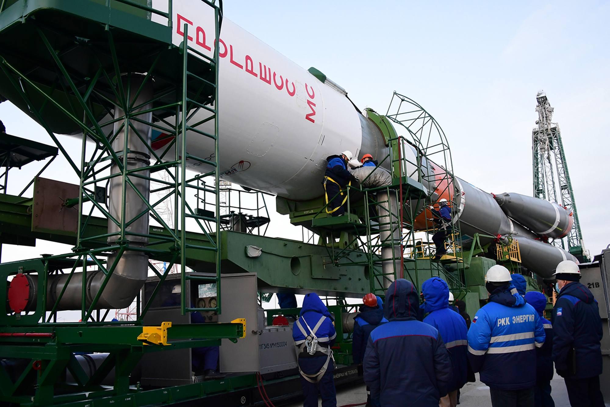 On décroche les gaines de thermor-égulation pour l'érection du lanceur.