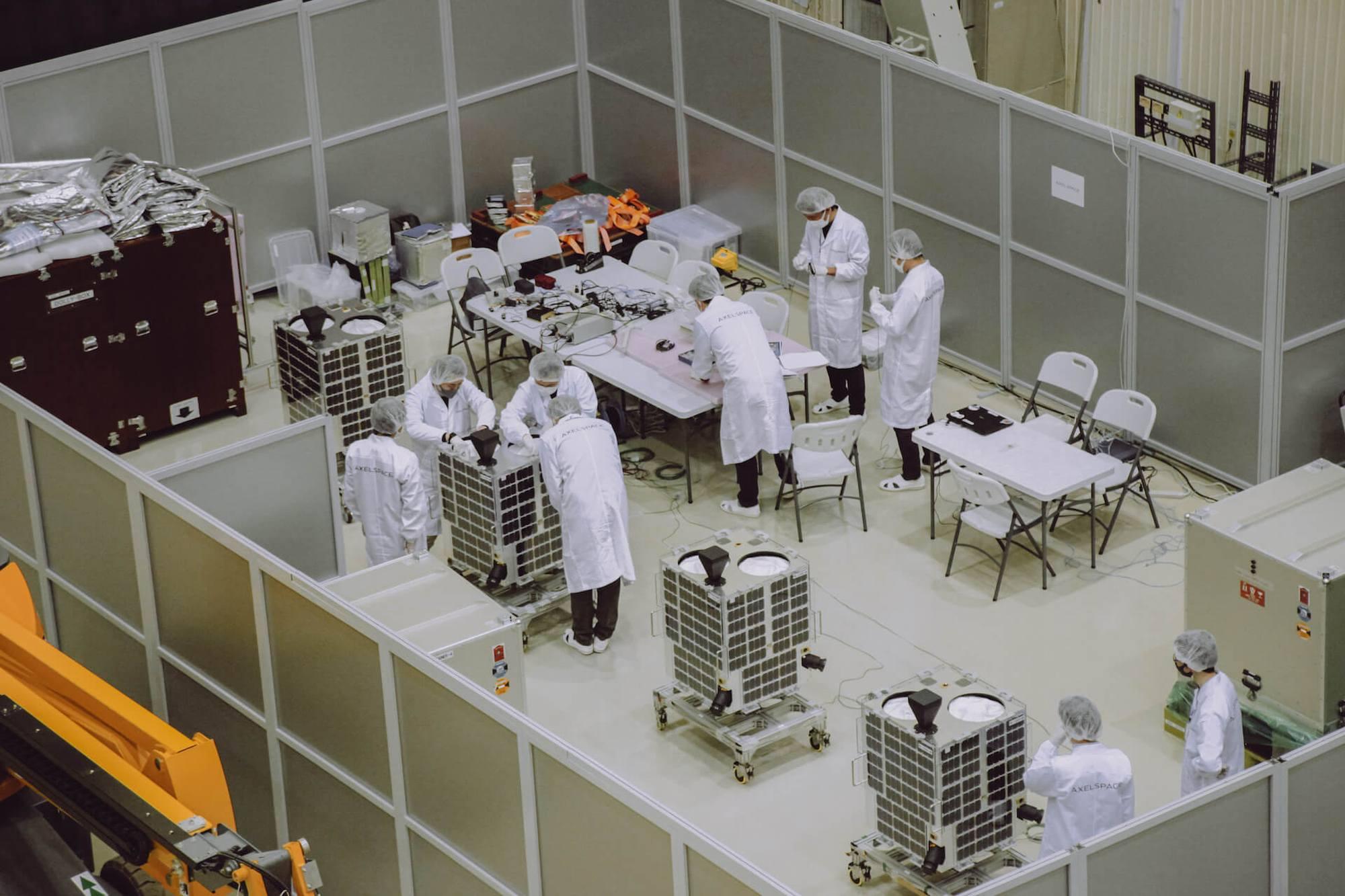 Les satellites GRUS1 en préparation à Baïkonour.