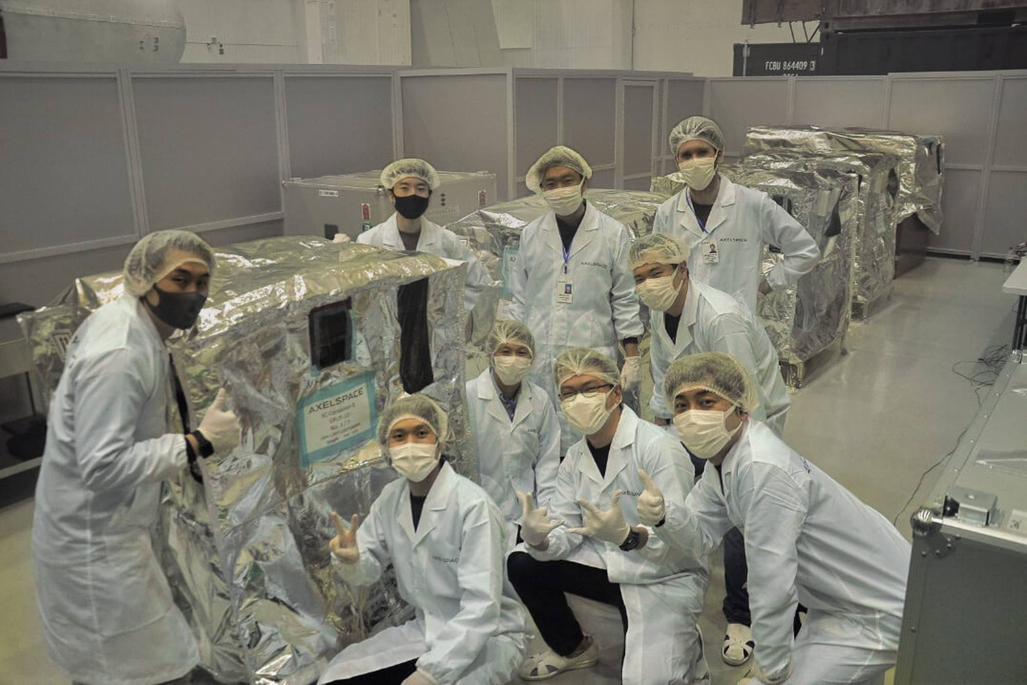 L'équipe japonaise d'AxelSpace à Baïkonour.