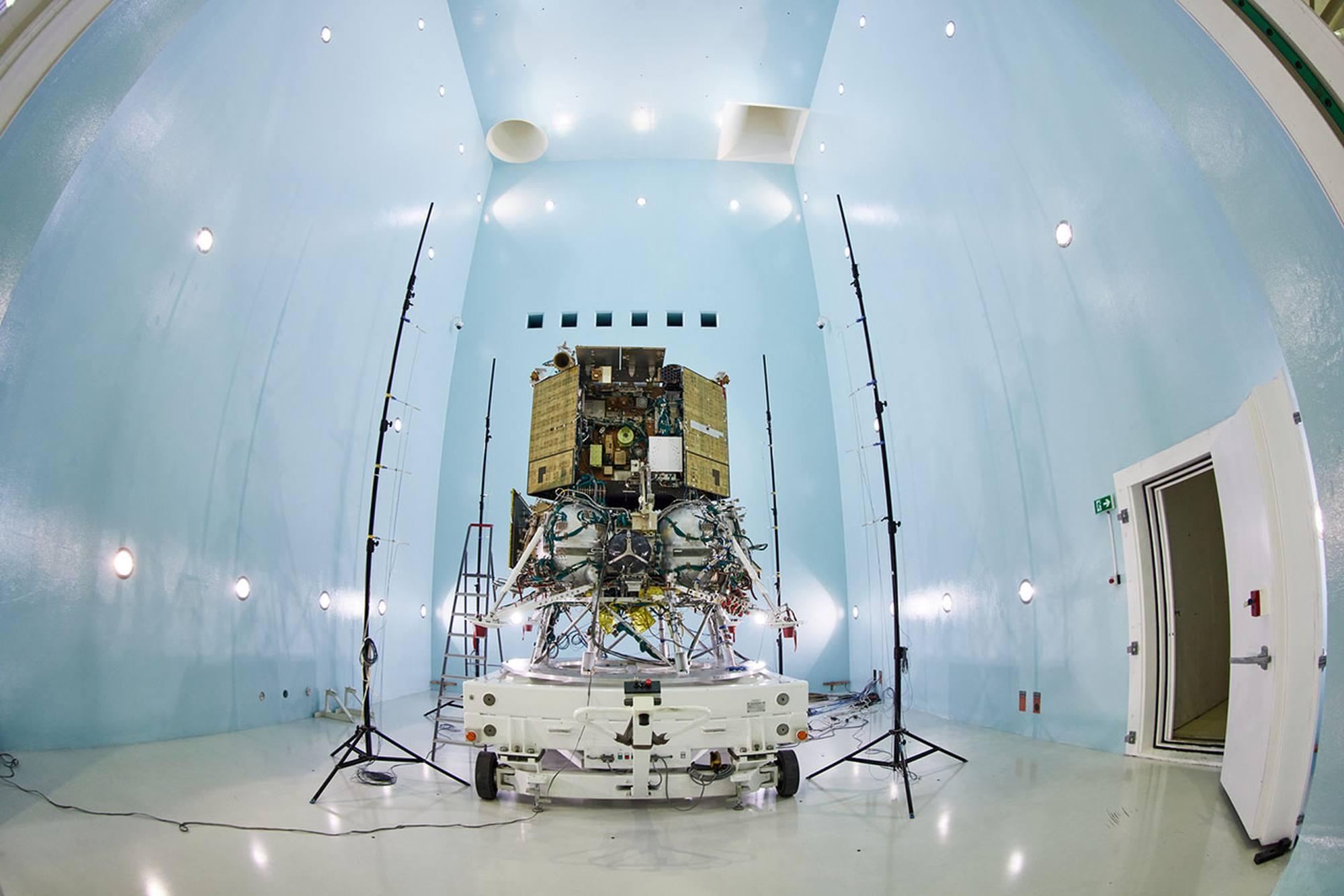 Luna-25 installé dans la chambre acoustique chez Energuya.