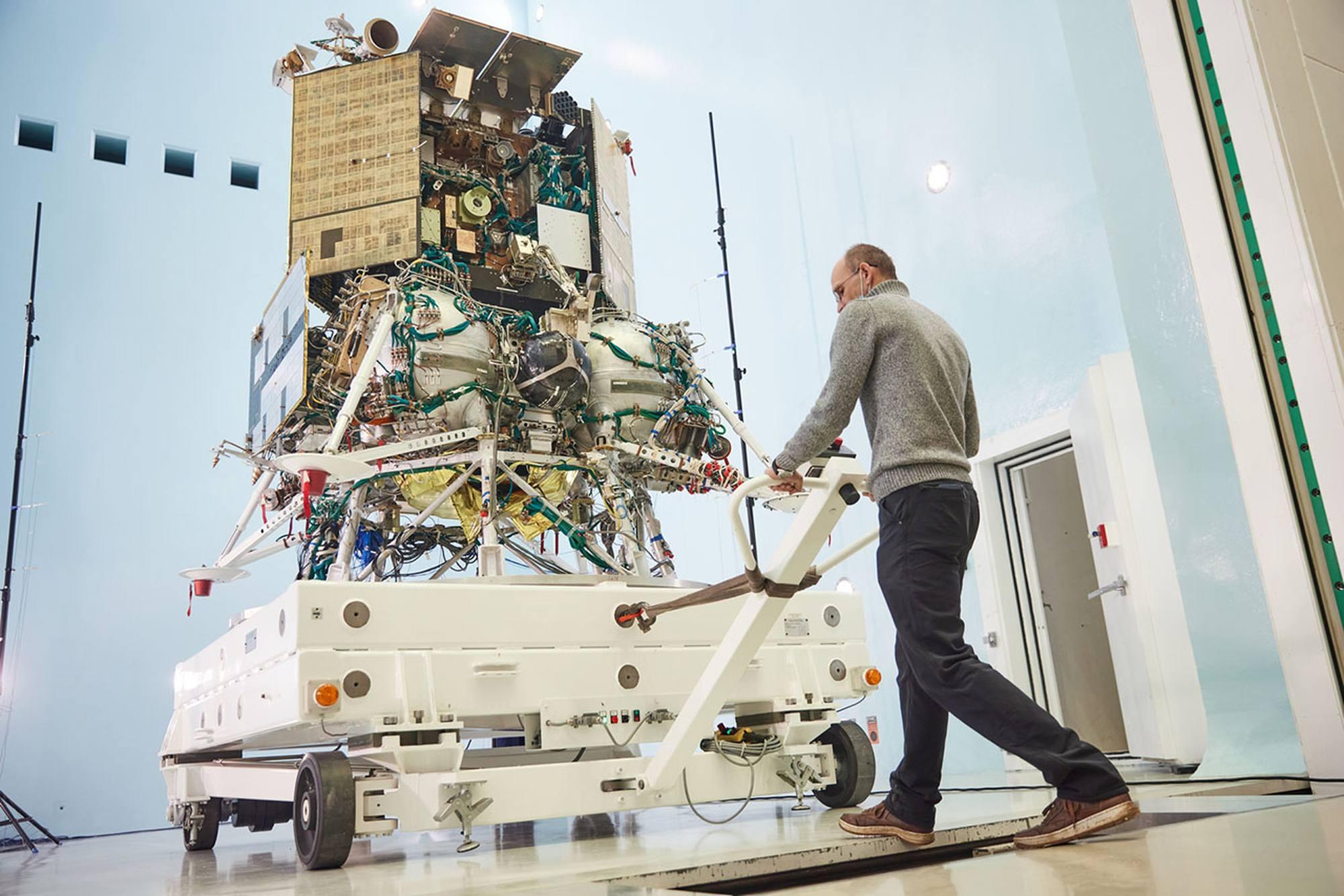 Luna-25 est transférédans la salle de test acoustique d'Energuya.