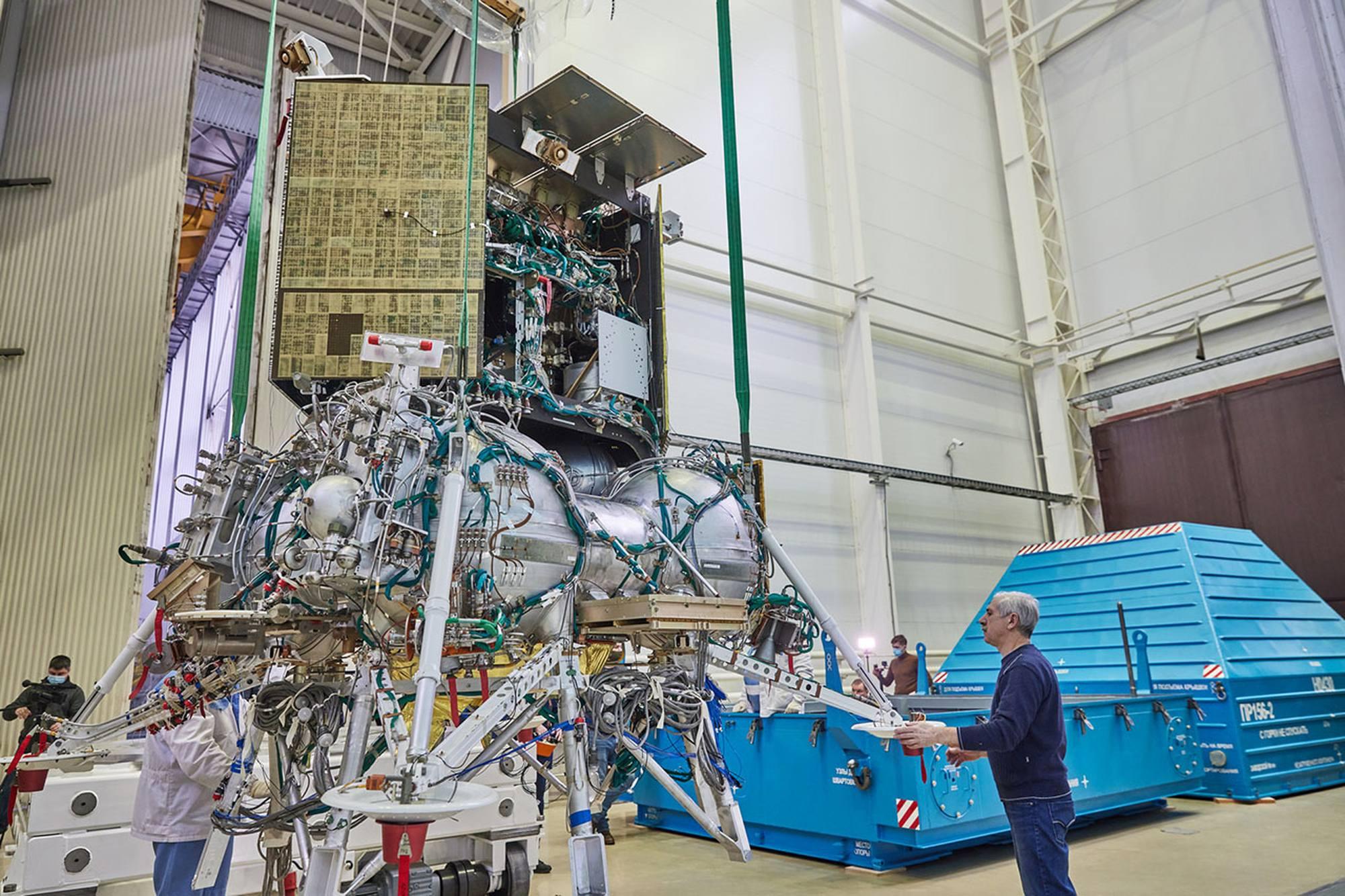 Luna-25 est déchargé dans son conteneur de transport et déposé sur un charriot.