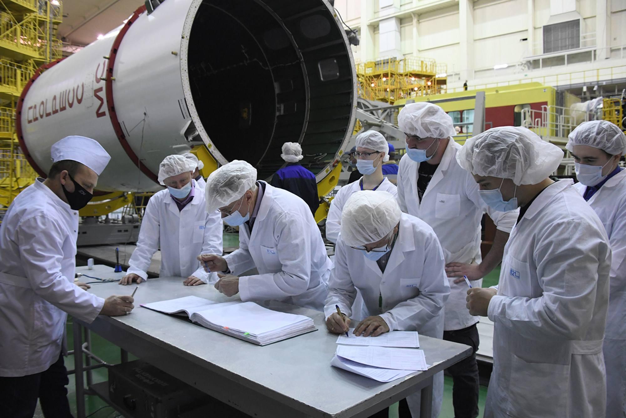 Les techniciens et ingénieurs viennent signer les registres de suivi des opérations.
