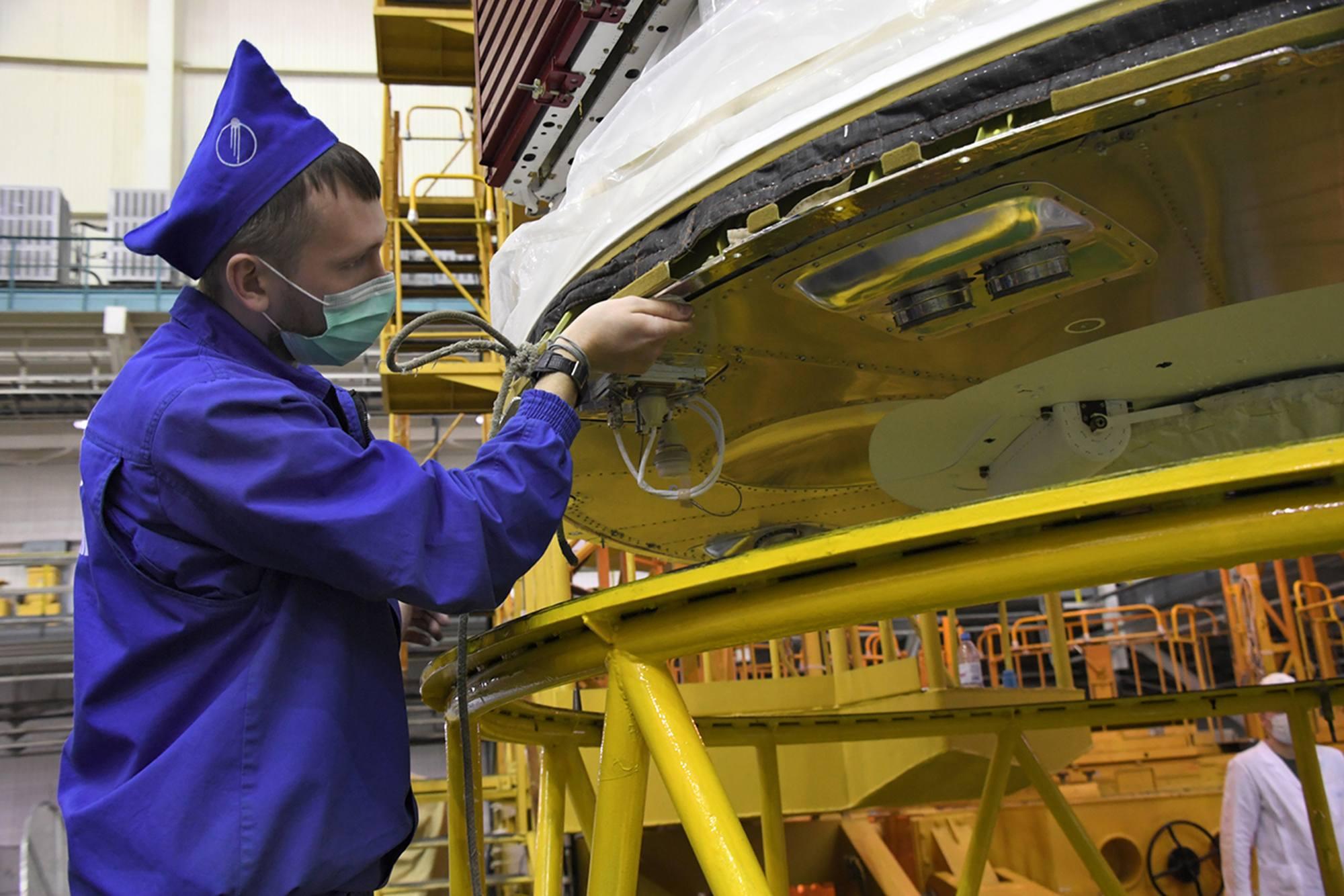 Un personnel d'Energuya aide à installer le cargo sur son support.