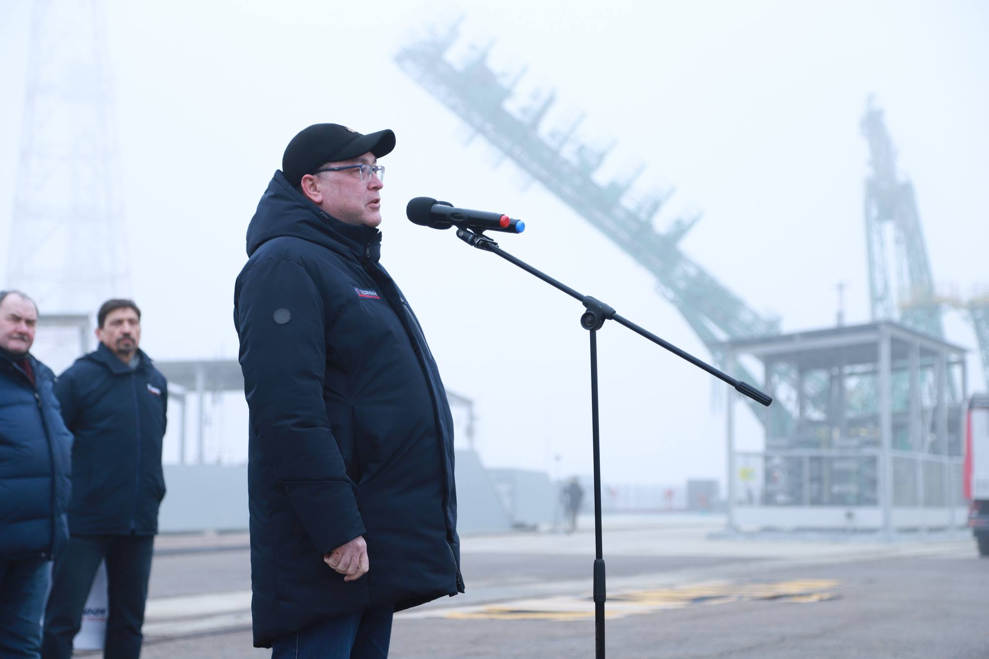 Le directeur du TsENKI (Insfrastructures au sol), Rouslan Moukhamedjanov prend la parole alors que les fermes de la tour de service se referment à la verticale.