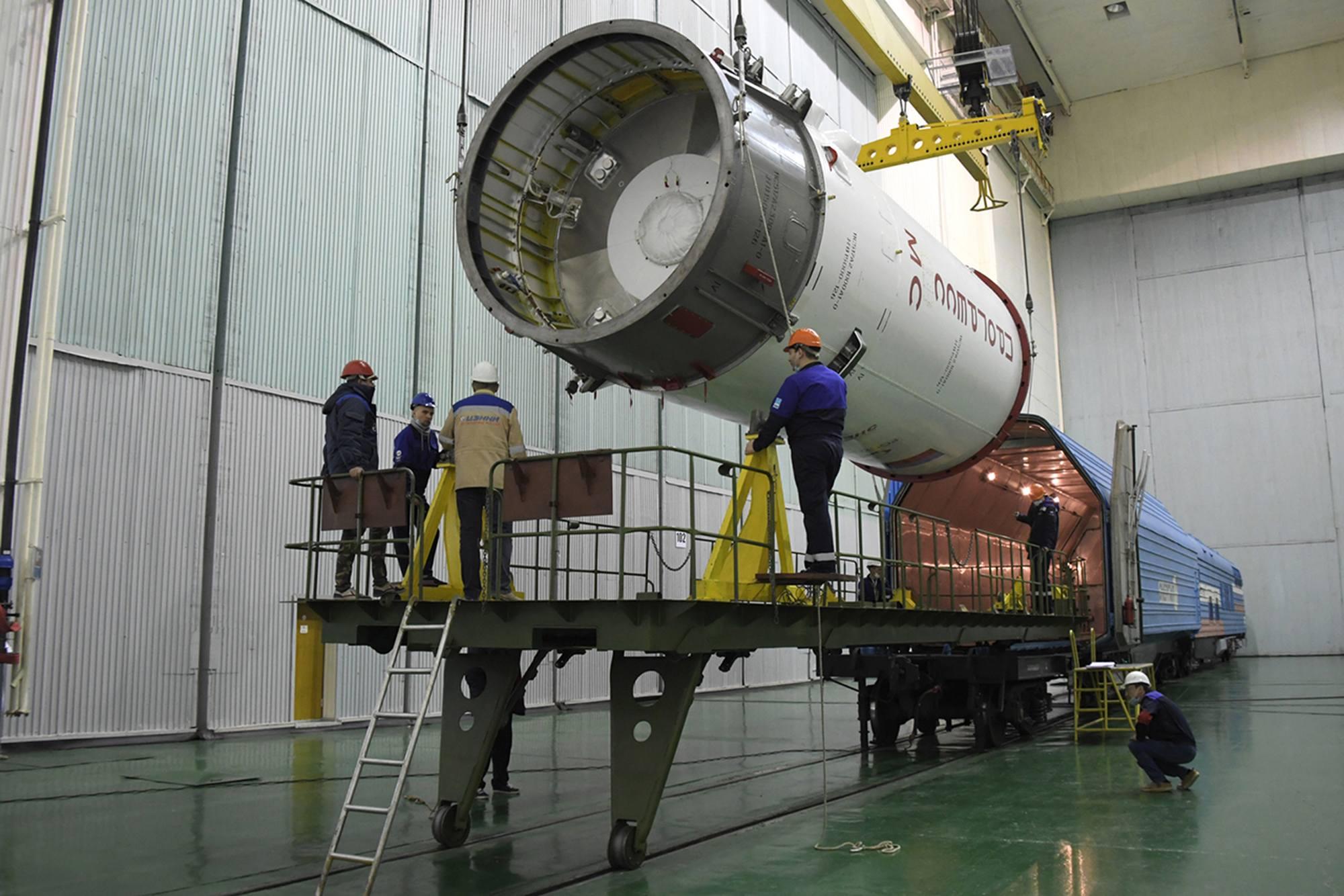 """Progress MS-16 est """"enfourné"""" dans un wagon spécial."""