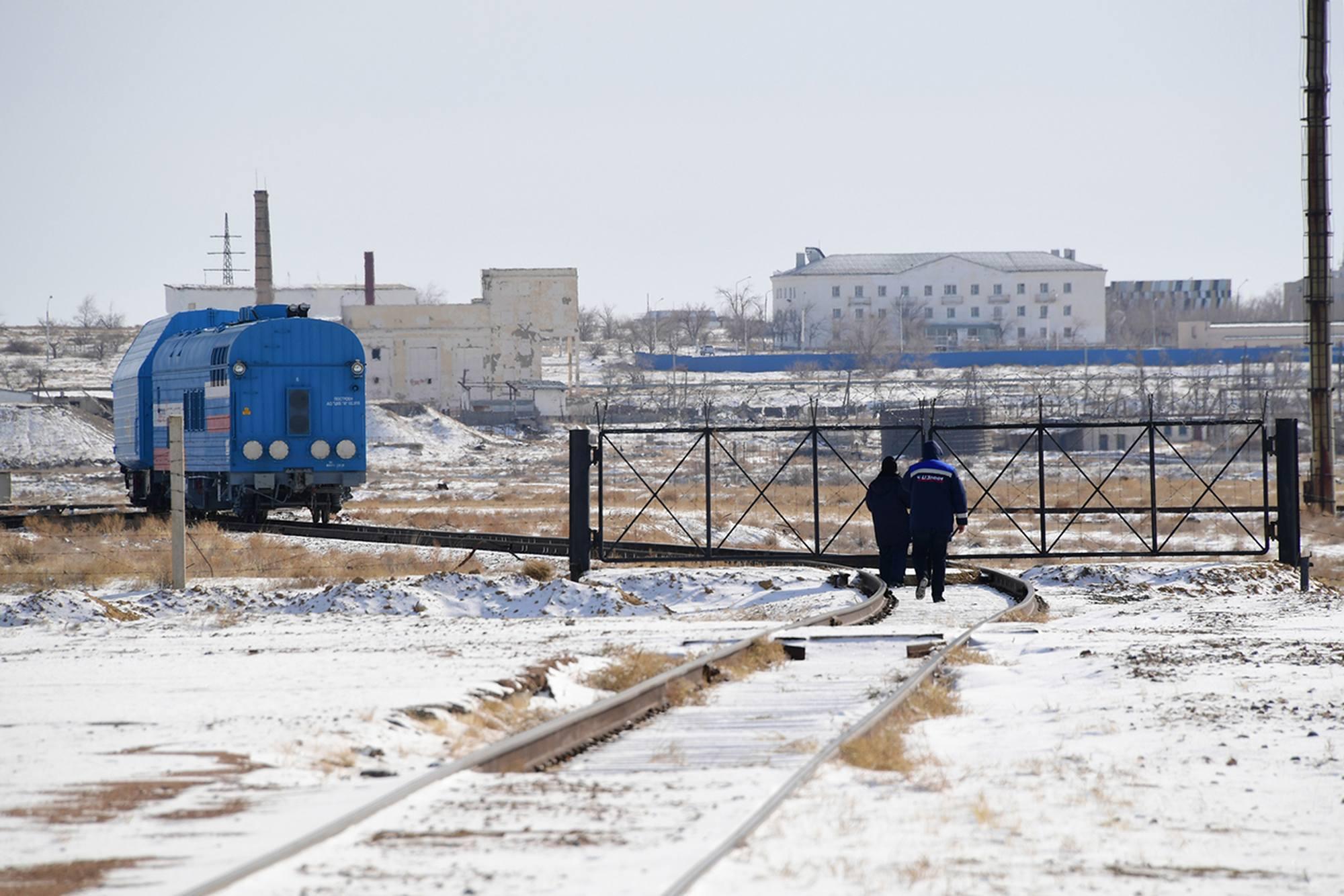 Image emblématique du cosmodrome de Baïkonour: un peu de neige (il gèle) et des bâtiments abandonnés.