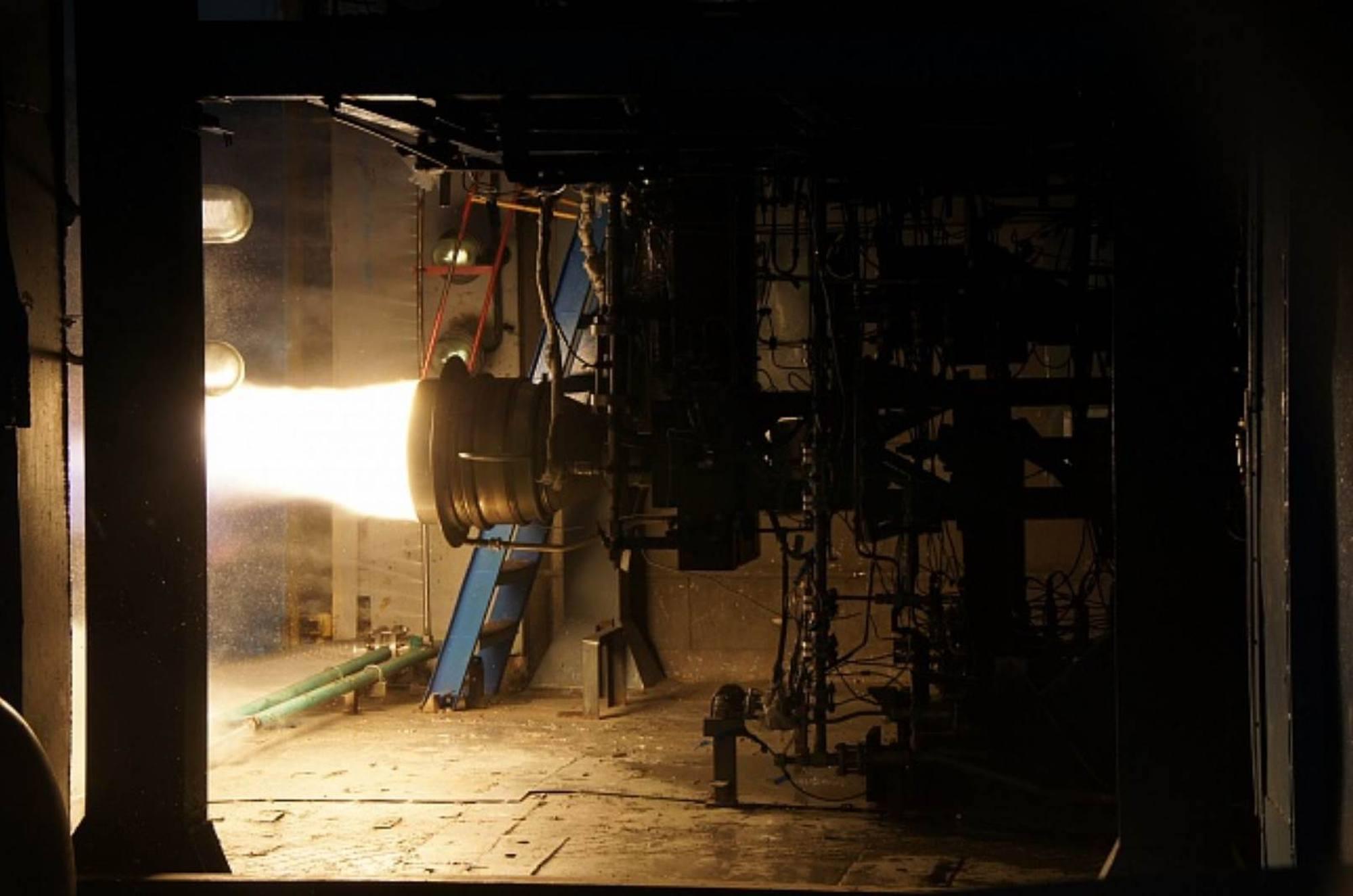 La chambre de combustion (et sa tuyère courte) du moteur RS-0124MS en test au VTsRD à Voronezh.