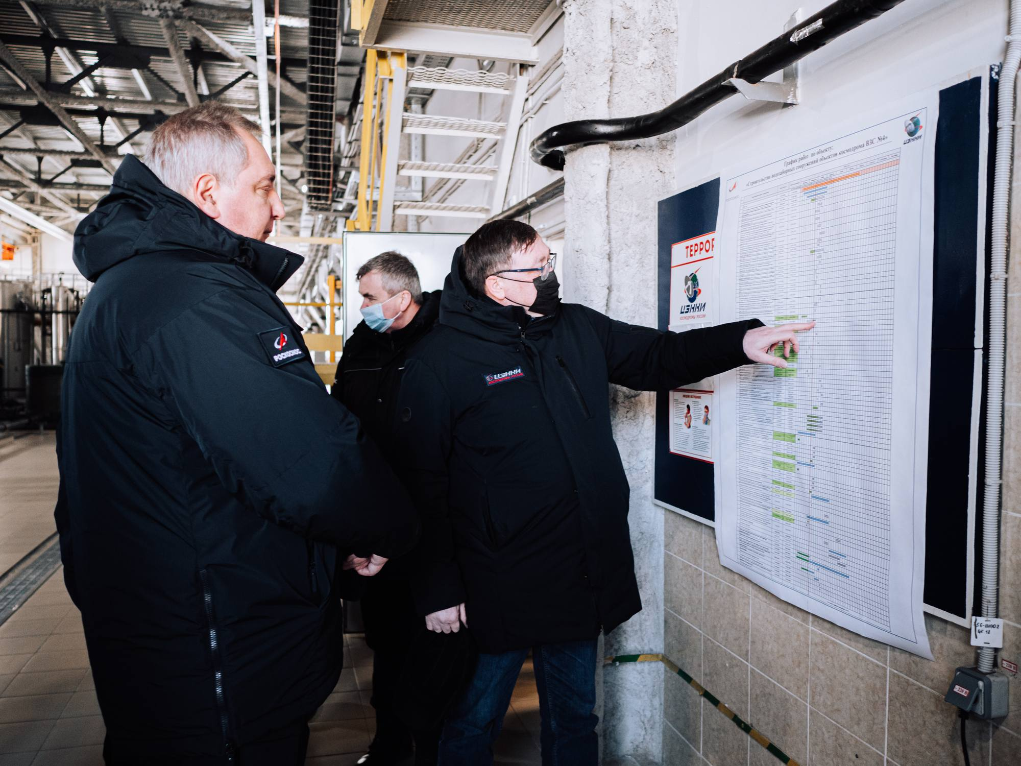 Le DG du TsENKI, Rouslan Makhoumedzhanov montre à Dmitry Rogozine le planning de cosntruction.