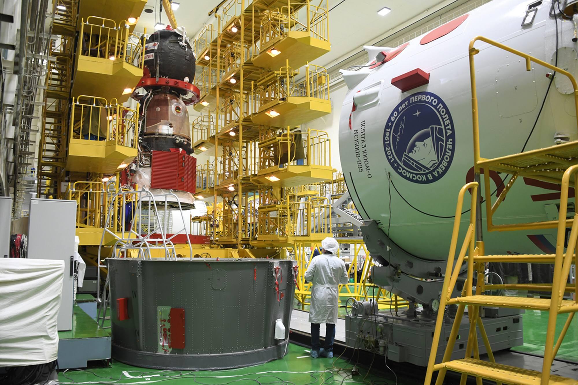 Une nouvelle fois le vaisseau Soyouz MS-18 va être déplacé de son stand de préparation, mais cette fois-ci il restera à l'horizontale car il sera déposé sur l'adaptateur.