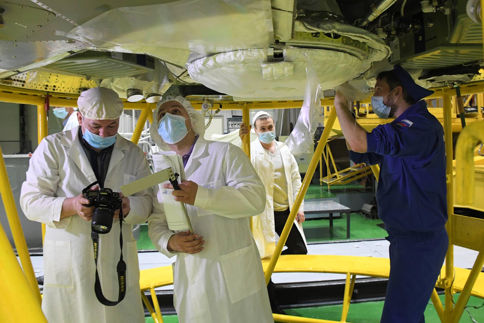 Le personnel travaille à la préparation de l'arrière du véhicule.