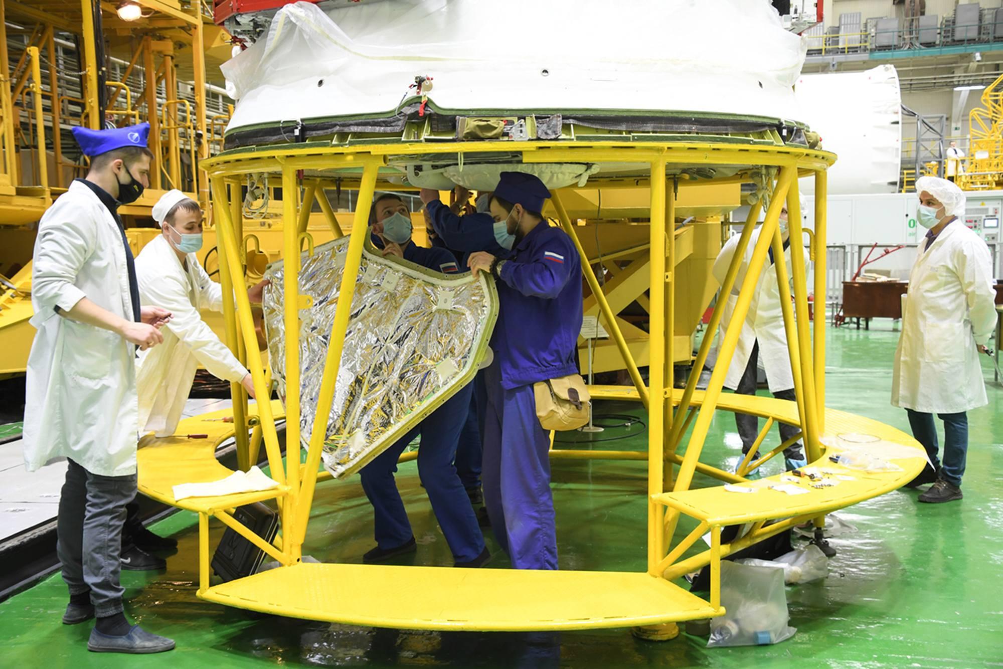 Mise en place des panneaux d'isolation du module de propulsion.