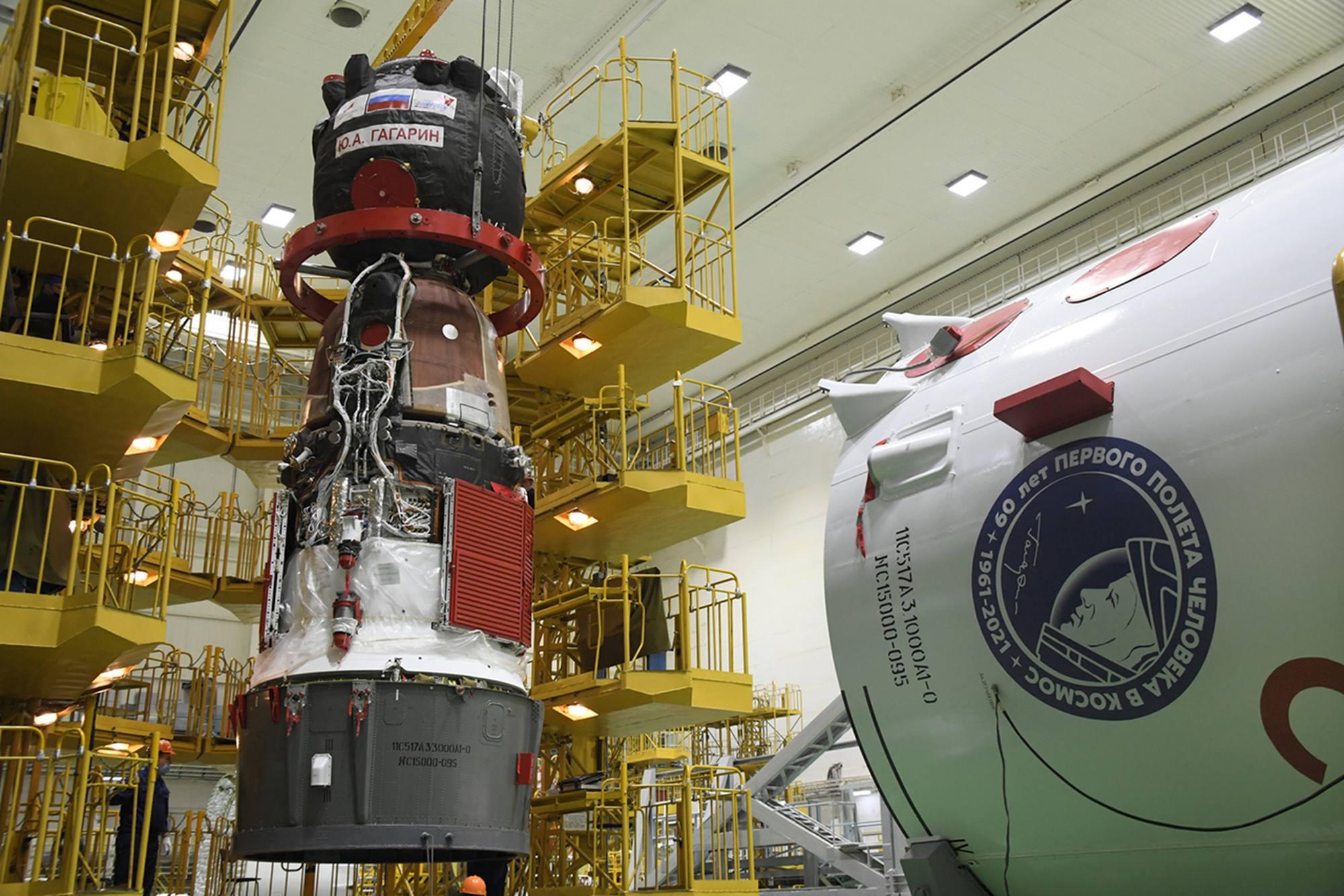Le vaisseau et son adaptateur sont remis en place sur le stand.