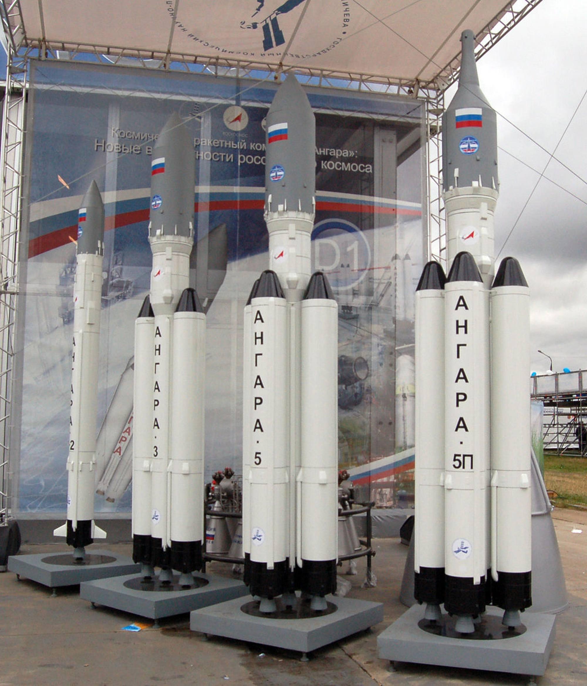 Différents modèles du lanceur Angara. L'Angara-A3 correspond au second modèle en partant de la gauche.