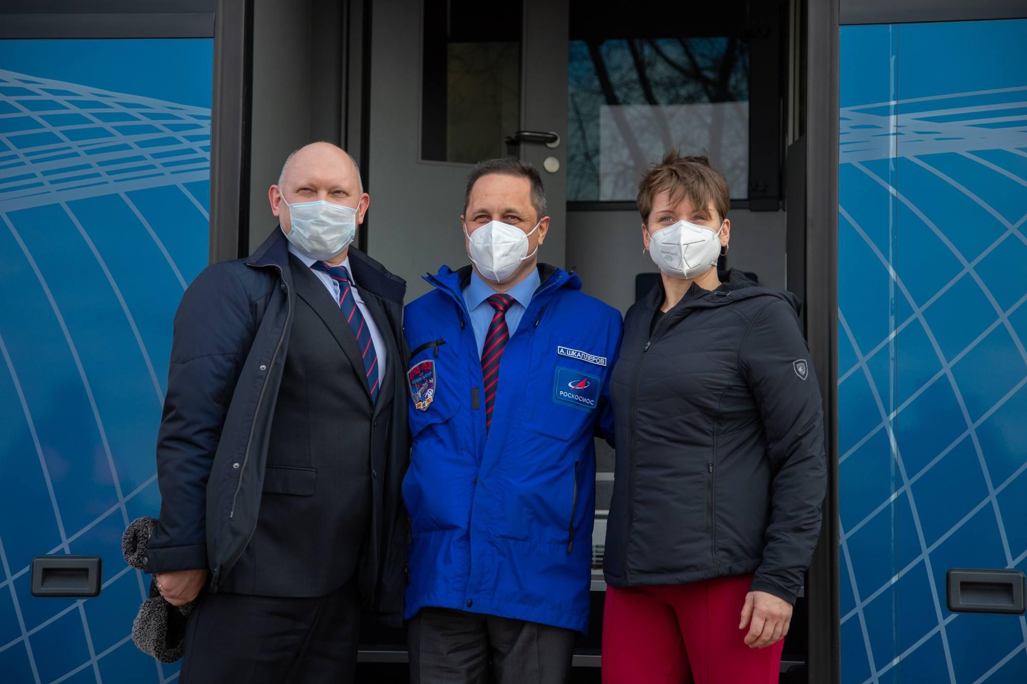 L'équipage de réserve à la porte du bus qui va les conduire à l'hôtel des cosmonautes.