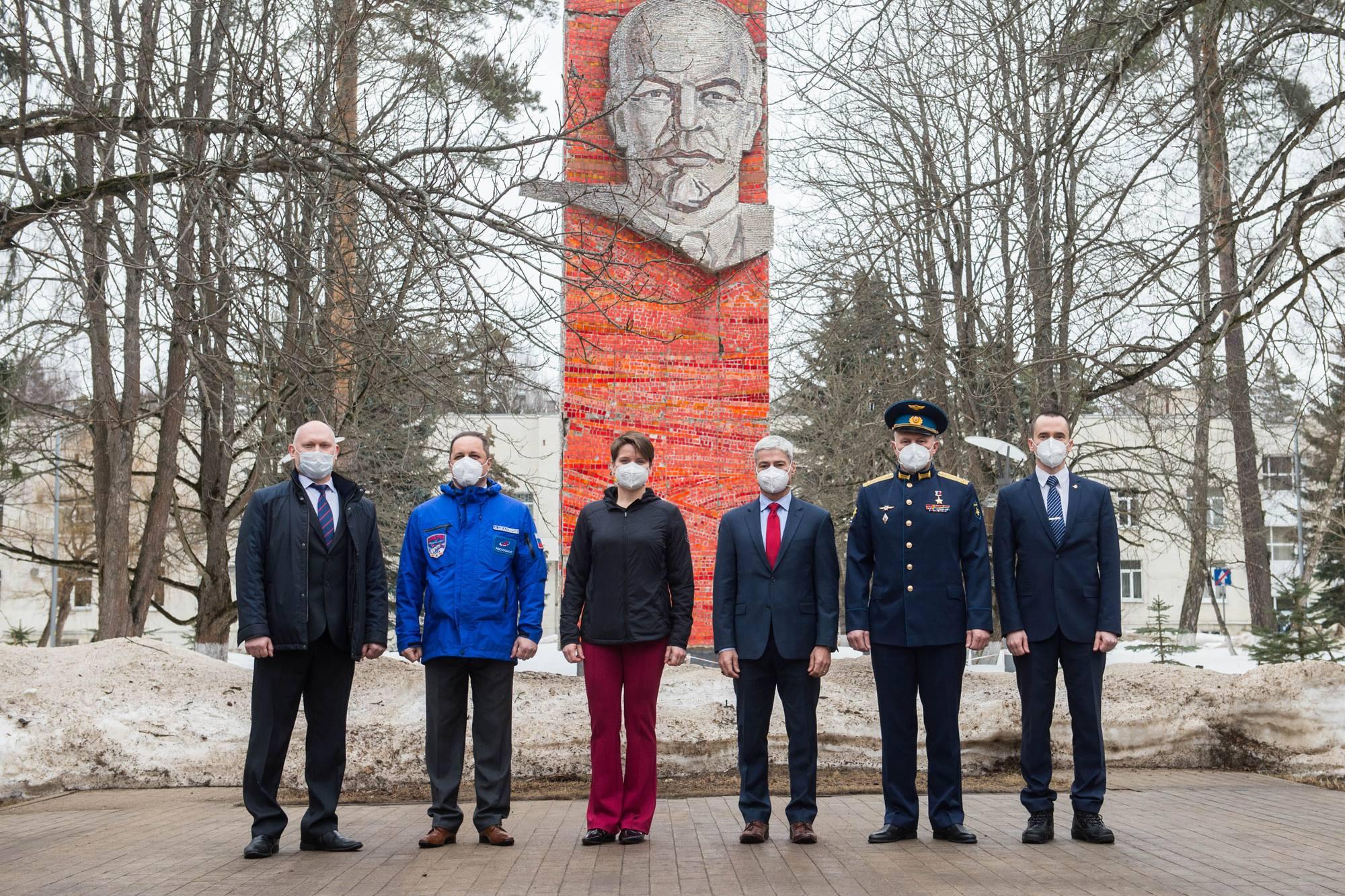 Pose photographique devant la céramique de Lénine.