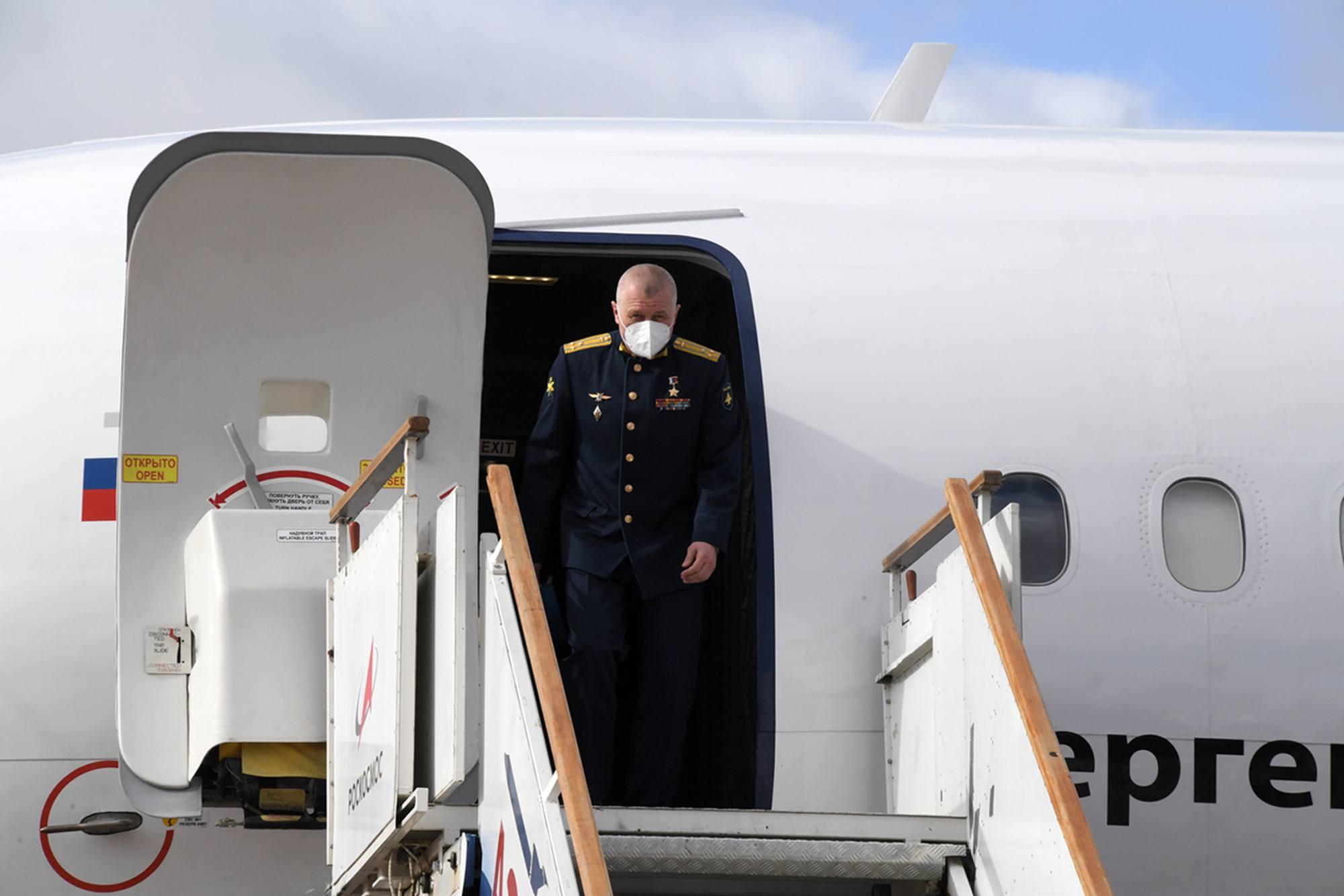 Oleg Novitsky sortant de l'avion à l'arrivée à Baïkonour.