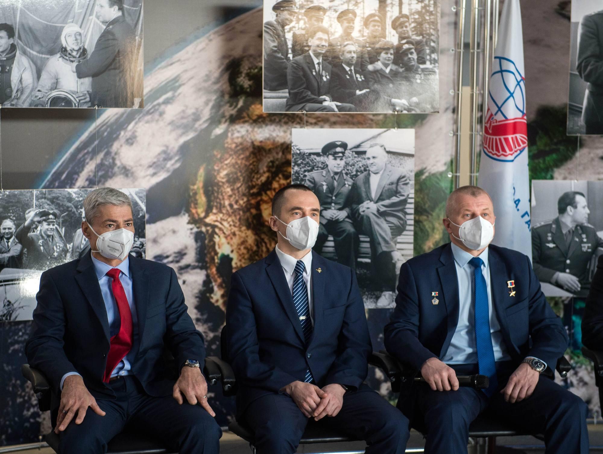 L'équipage principal de Soyouz MS-18 lors de la conférence de Presse au TsPK.