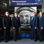 Pose photographique aux côtés du portrait de Gagarine.