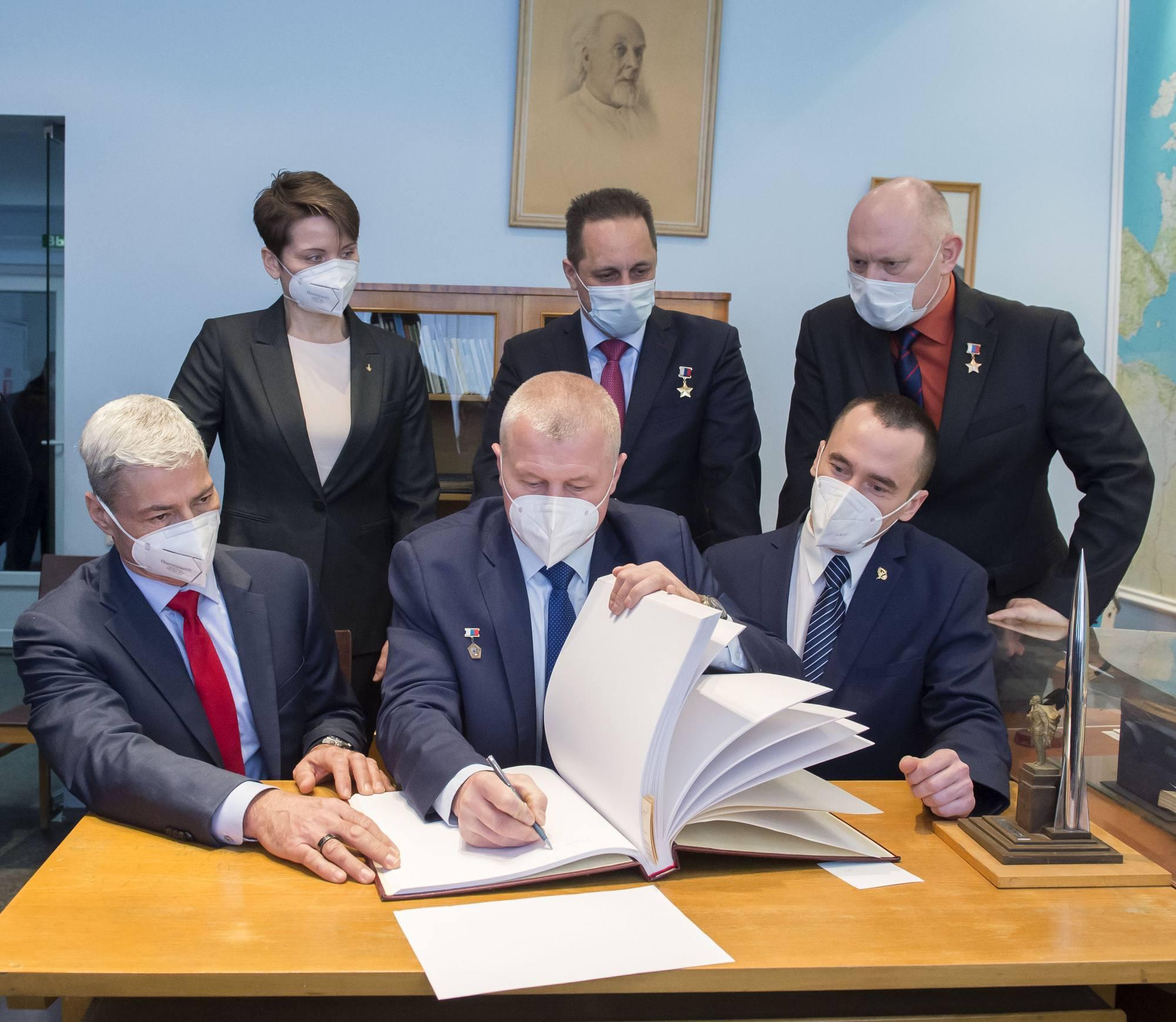 Signature du livre d'or dans le bureau commémoratif de Youri Gagarine au musée du TsPK.