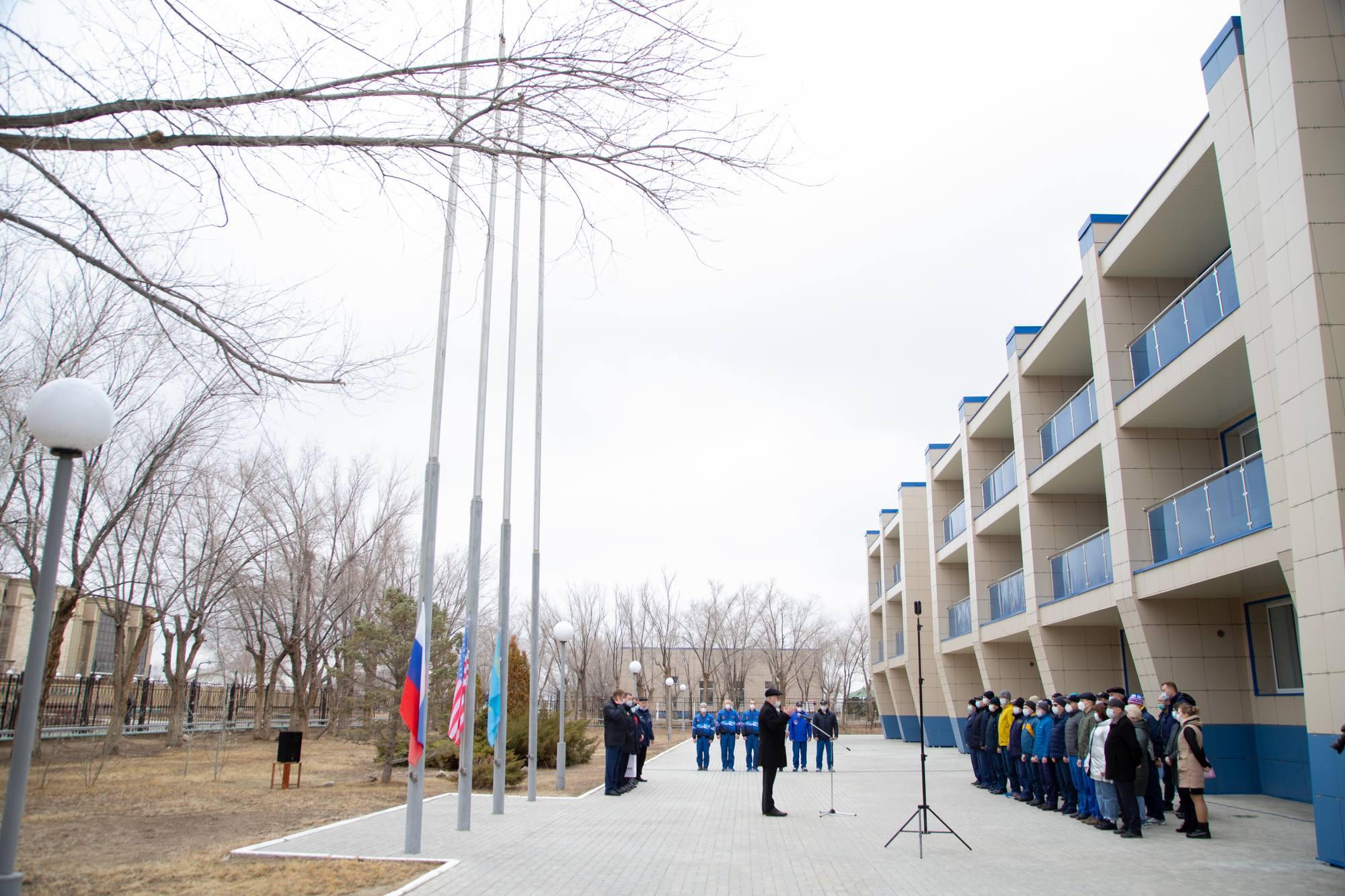 """Rassemblemnt devant l'hôtel """"Cosmonaute"""" pour le lever des drapeaux."""