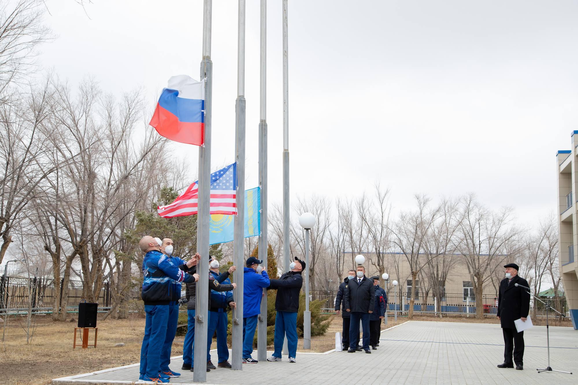 Lever des drapeaux: Russie, USA et Kazakhstan.