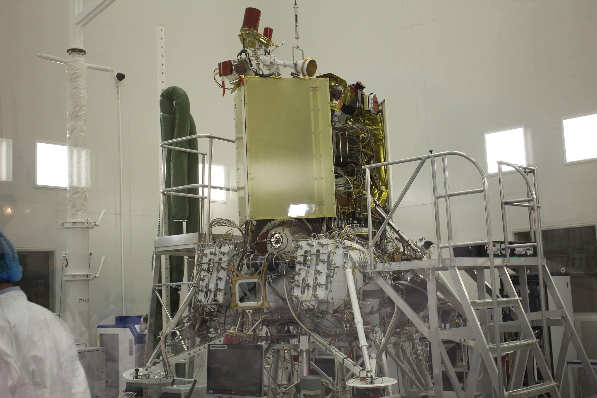 L'exemplaire de vol de Luna-25 dans la chambre de préparation.