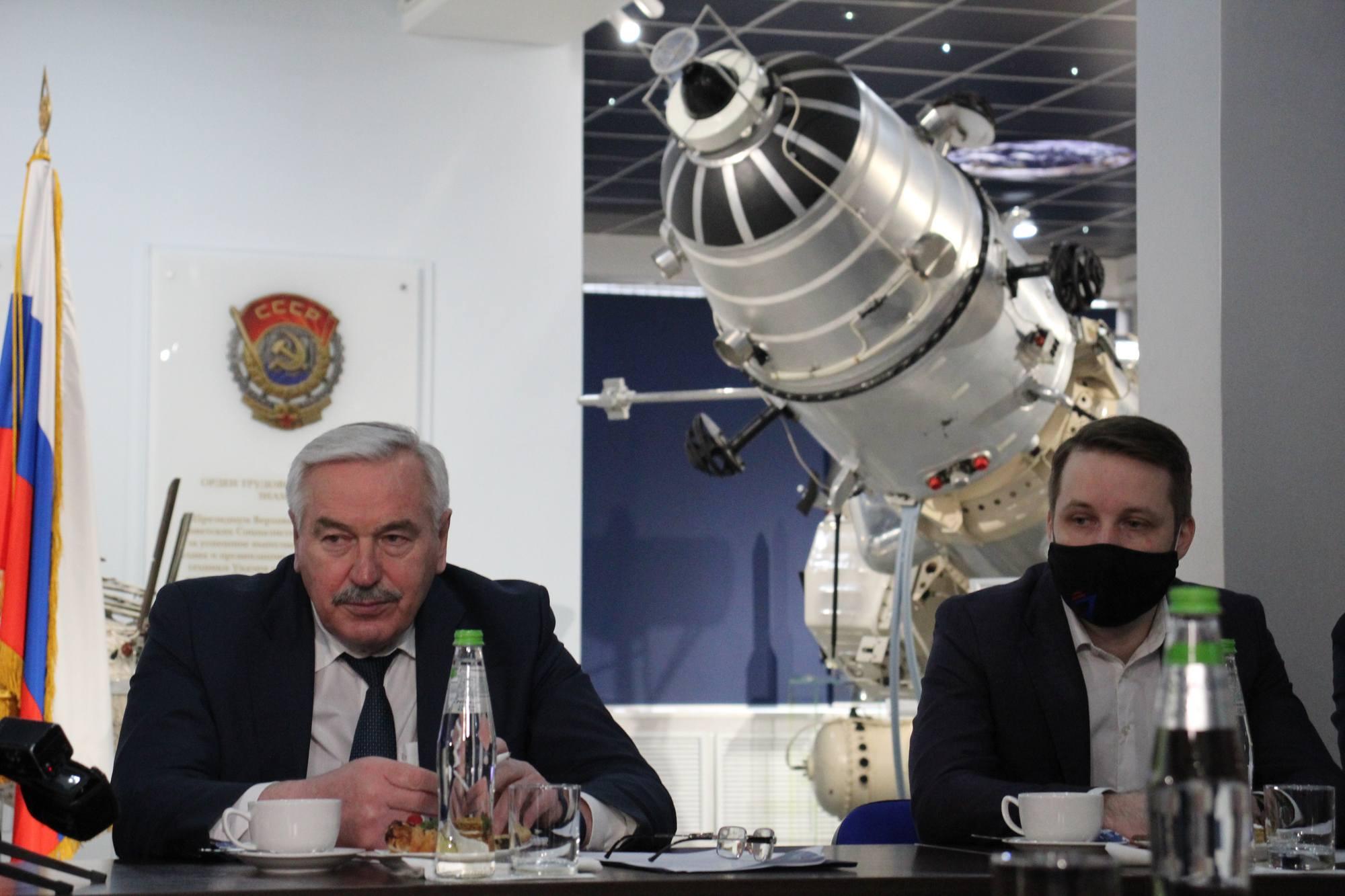 Vladimir Kolmykov (à gauche) le DG de NPO Lavochkine.