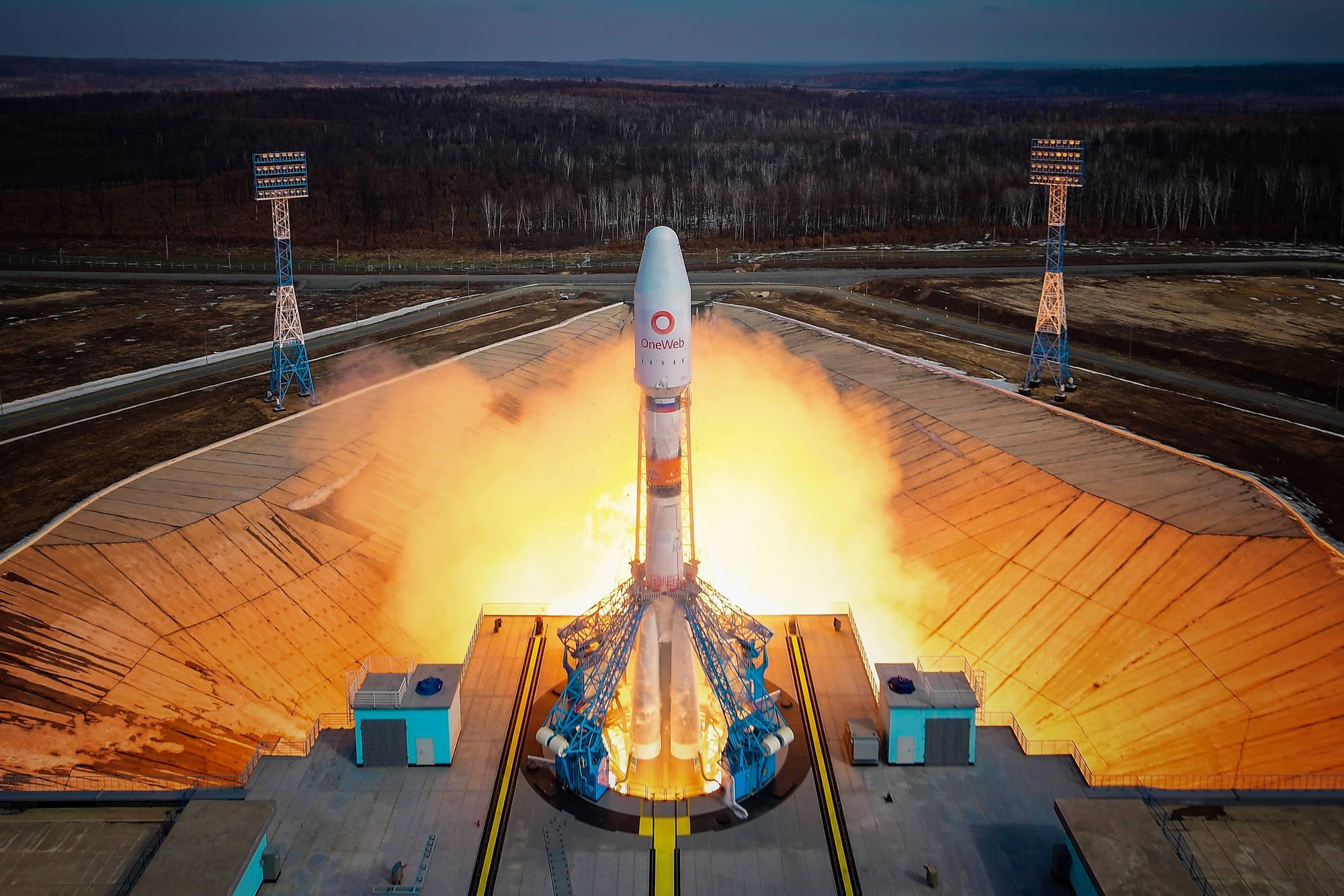 Allumage des moteurs du lanceur Soyouz 2.1b.