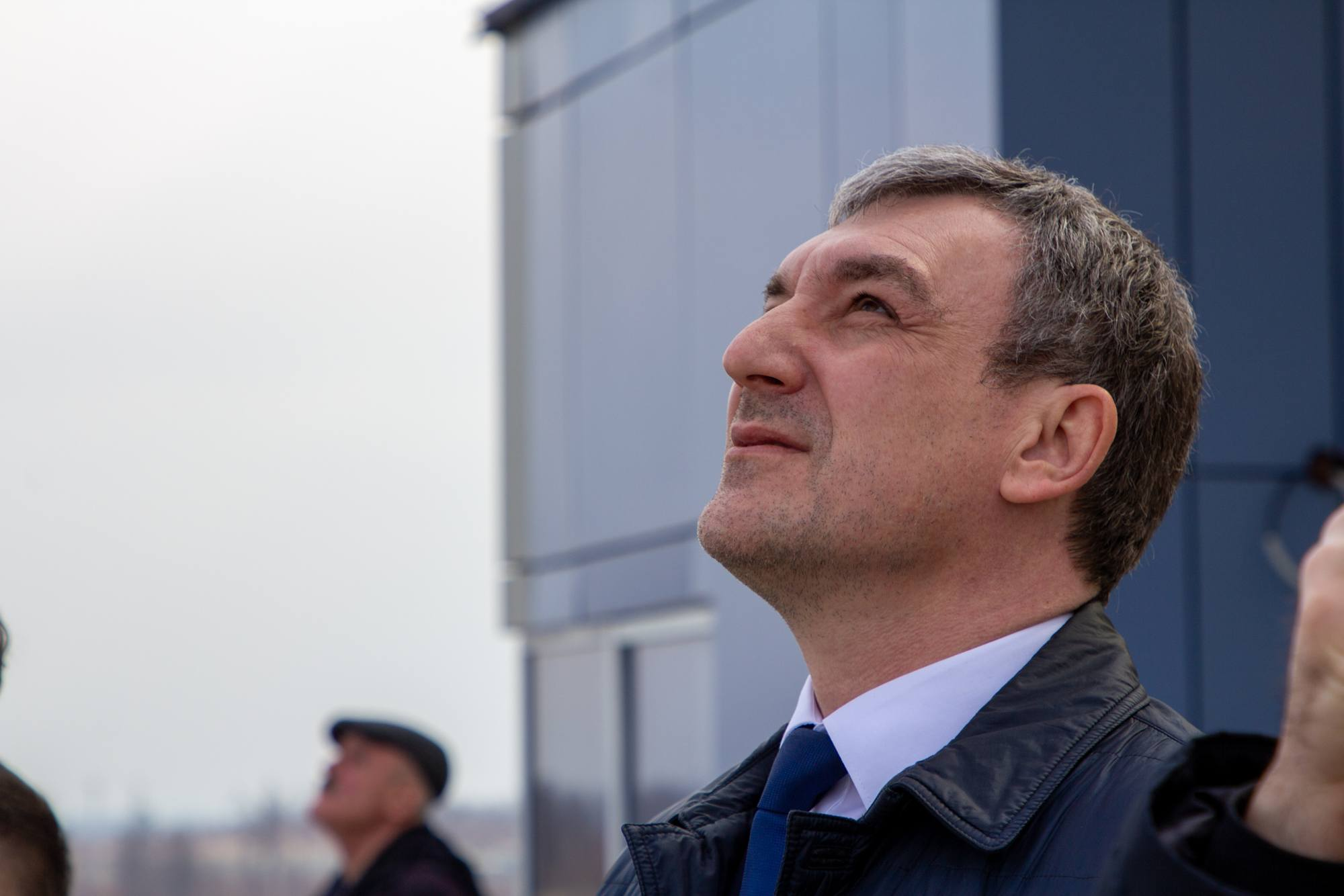 Le Gouverneur en exercice de la Région de l'Amour, Vassiliy Orlov, qui suit également le lancement.