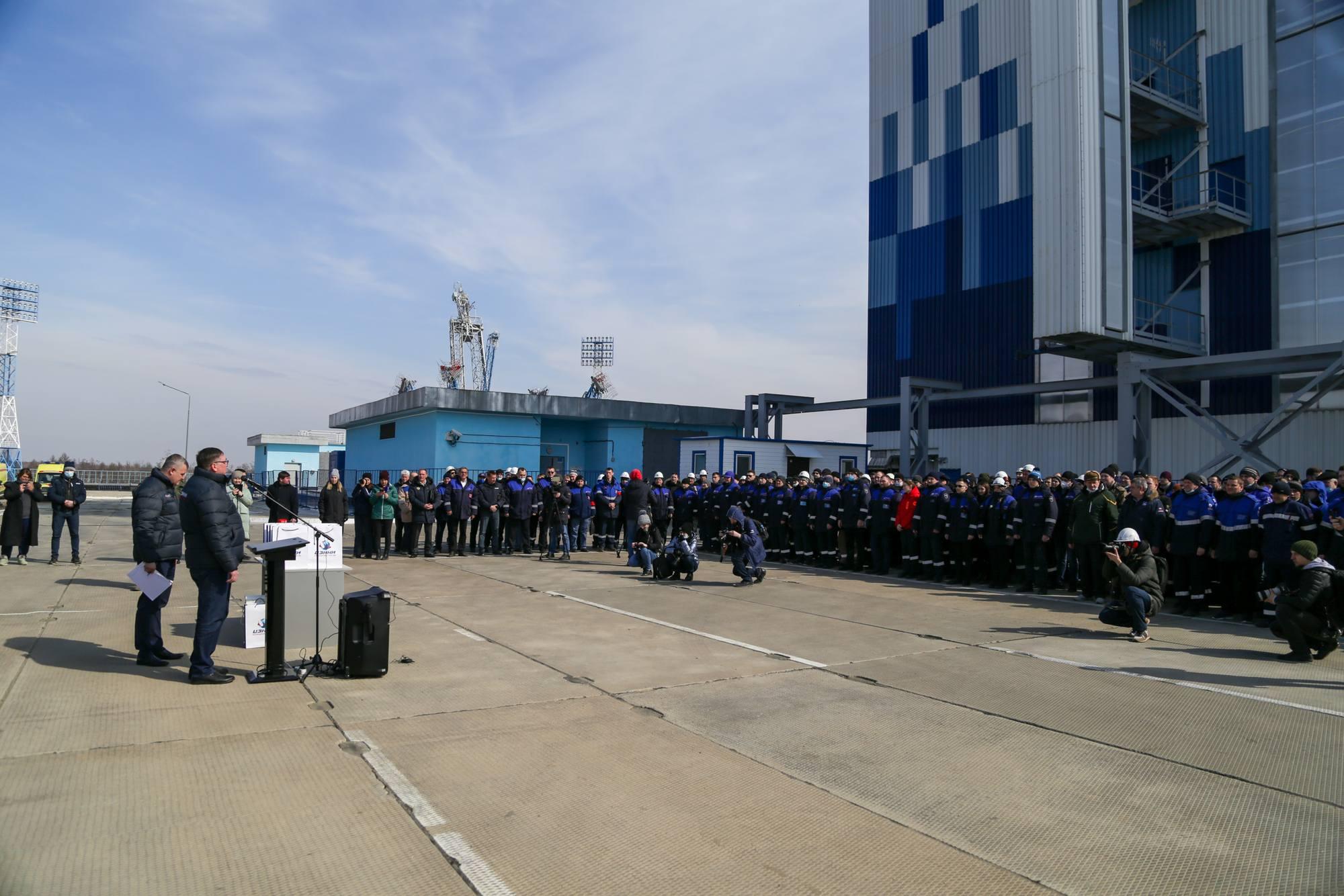 Le personnel est regroupé à côté de la tour de service mobile.