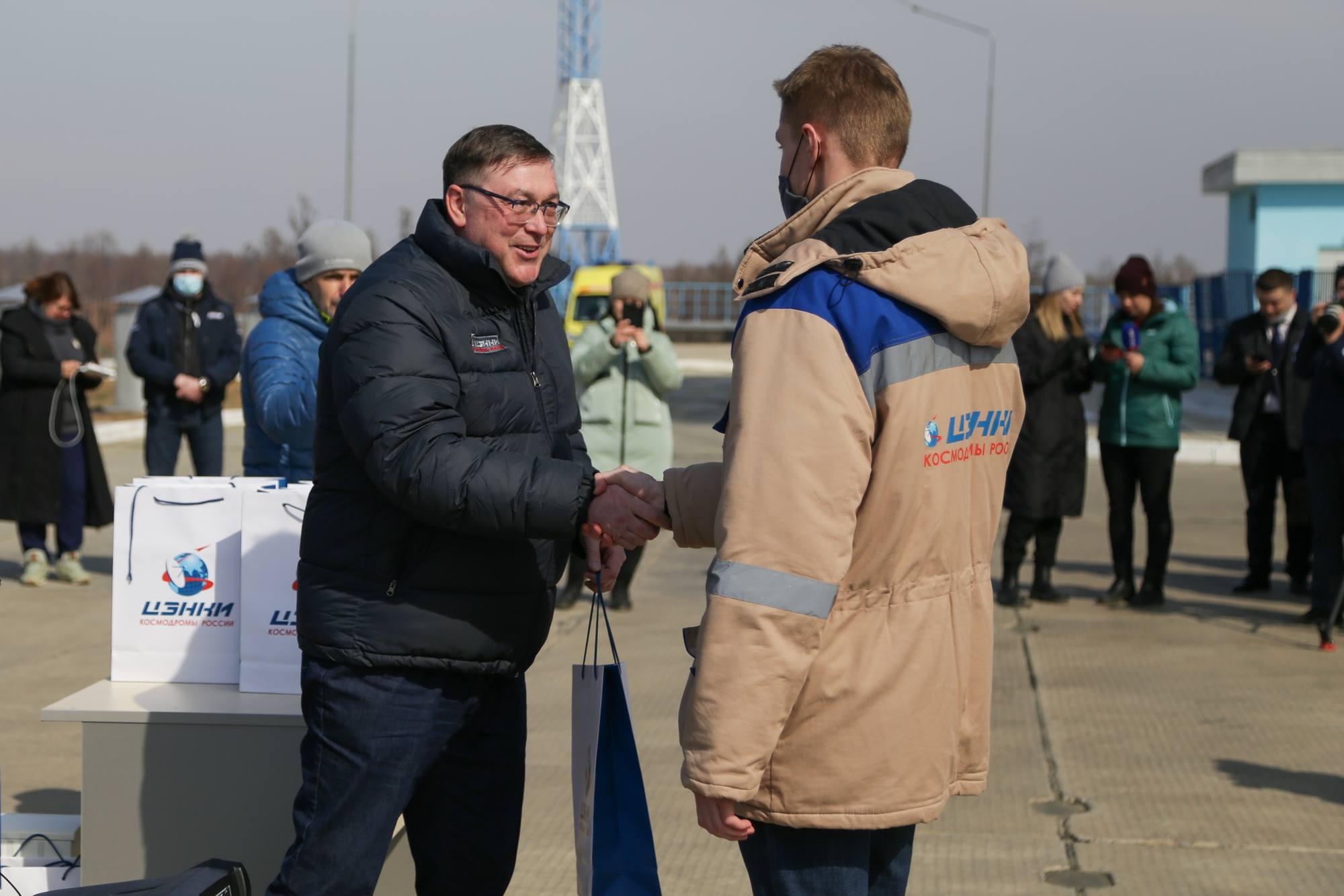Rouslan Moukhammedjanov remet des cadeaux aux employés.